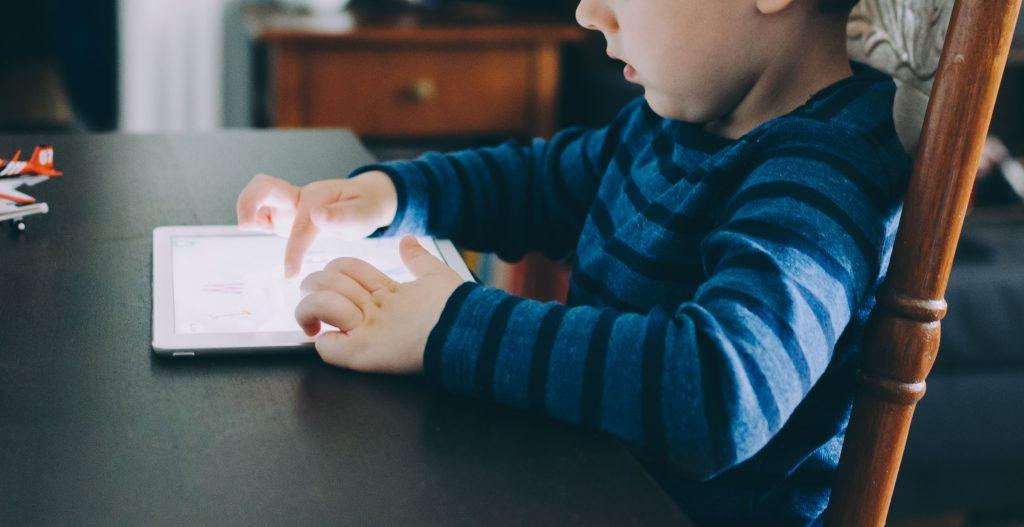 Disciplina positiva ejemplo bebé y móvil